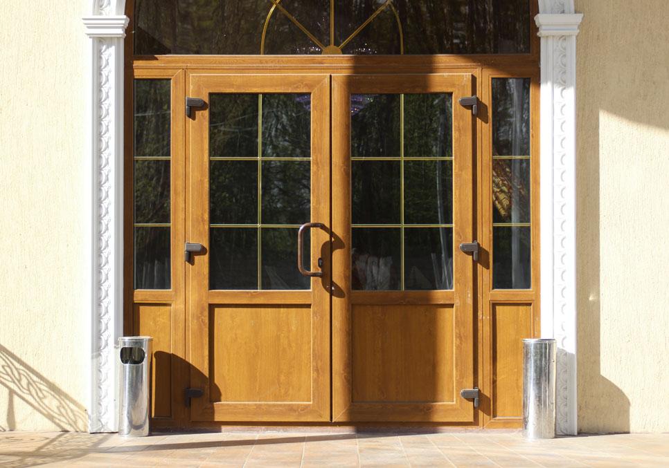 По своим размерам цена пластиковой балконной двери рассчитывается в калькуляторе: онлайн калькулятор дверей пвх.